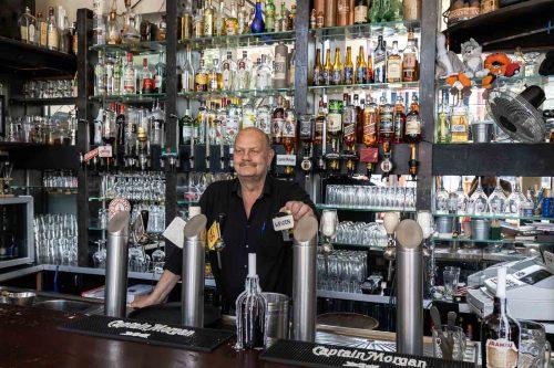 Barman Ron heet je van harte welkom